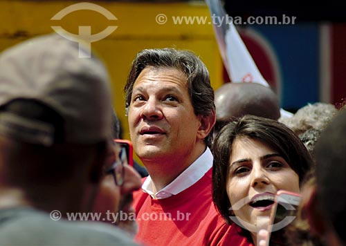 Fernando Haddad e Manuela dÁvila - candidato à presidência e vice-presidência pelo Partido dos Trabalhadores (PT) - durante caminhada na Favela da Rocinha  - Rio de Janeiro - Rio de Janeiro (RJ) - Brasil