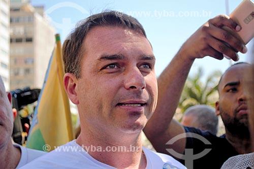 Flávio Bolsonaro - candidato ao senado pelo Partido Social Liberal (PSL) - durante caminhada por Copacabana  - Rio de Janeiro - Rio de Janeiro (RJ) - Brasil
