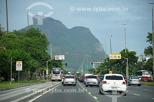 Tráfego na Avenida das Américas com a Pedra da Gávea ao fundo  - Rio de Janeiro - Rio de Janeiro (RJ) - Brasil