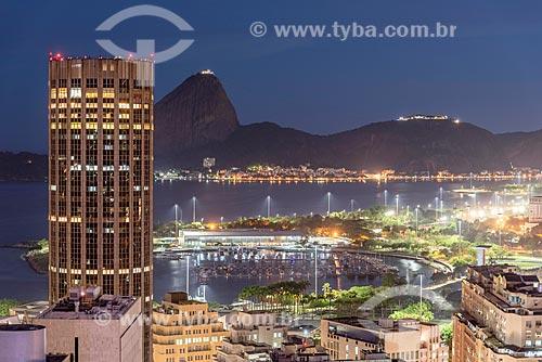 Vista de prédios do centro do Rio de Janeiro com o Pão de Açúcar ao fundo durante o anoitecer  - Rio de Janeiro - Rio de Janeiro (RJ) - Brasil