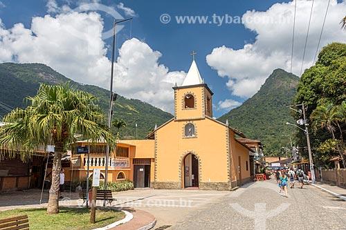 Igreja de São Sebastião (1863) na Vila do Abraão com o Pico do Papagaio ao fundo  - Angra dos Reis - Rio de Janeiro (RJ) - Brasil