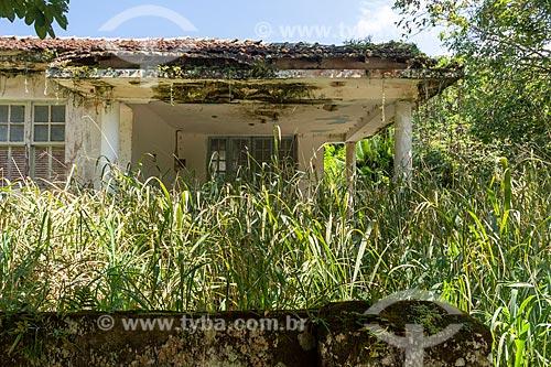 Fachada de casa abandonada na Vila de Dois Rios  - Angra dos Reis - Rio de Janeiro (RJ) - Brasil