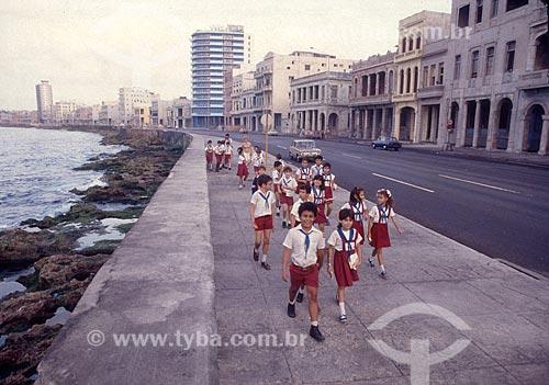 Crianças com uniforme escolar no El Malecón - oficialmente Avenida de Maceo - Década de 80  - Havana - Província de Ciudad de La Habana - Cuba