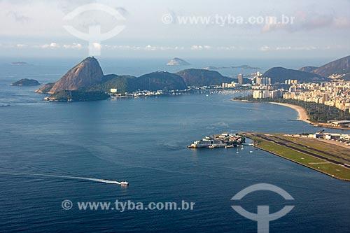 Foto aérea do Aeroporto Santos Dumont (1936) com o Pão de Açúcar ao fundo  - Rio de Janeiro - Rio de Janeiro (RJ) - Brasil