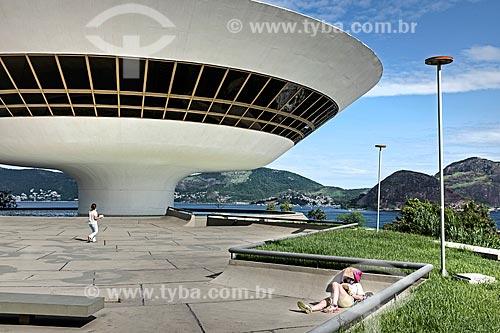 Mulher lendo no pátio do Museu de Arte Contemporânea de Niterói (1996) - parte do Caminho Niemeyer  - Niterói - Rio de Janeiro (RJ) - Brasil