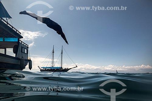 Homem saltando na Baía de Paraty  - Paraty - Rio de Janeiro (RJ) - Brasil