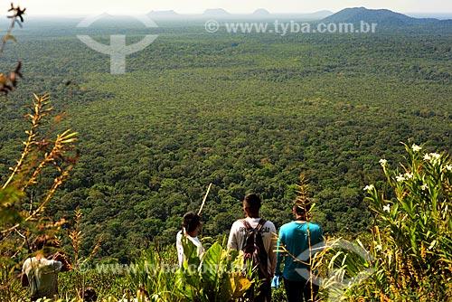 Turistas observando a vista na trilha da Serras Guerreiras do Tapuruquara  - Santa Isabel do Rio Negro - Amazonas (AM) - Brasil