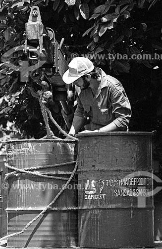 Funcionários fazendo a remoção de resíduo após o acidente com o césio-137 em um dos foco de contaminação  - Goiânia - Goiás (GO) - Brasil