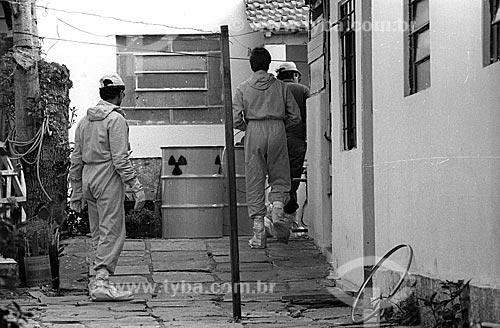 Funcionários da Comissão Nacional de Energia Nuclear (CNEN) em rua com foco de contaminação após o acidente com o césio-137 no Setor Central de Goiânia  - Goiânia - Goiás (GO) - Brasil