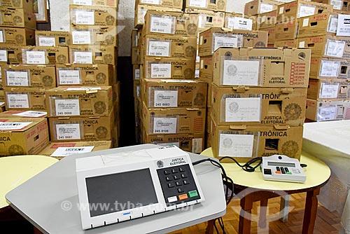 Caixas de urnas eletrônicas entregues em seção eleitoral  - Rio de Janeiro - Rio de Janeiro (RJ) - Brasil