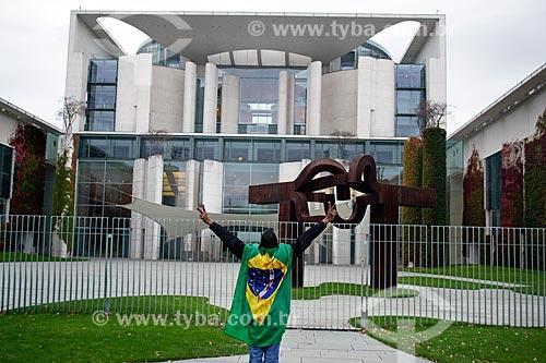 Manifestante enrolado na bandeira do Brasil durante a manifestação #EleNão contra o candidato à presidência Jair Bolsonaro em frente à Chancelaria Federal - em alemão Bundeskanzleramt  - Berlim - Berlim - Alemanha