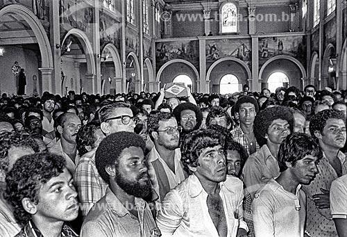 Detalhe de sindicalistas durante assembleia no interior da Igreja de Nossa Senhora da Boa Viagem - década de 1980  - São Bernardo do Campo - São Paulo (SP) - Brasil