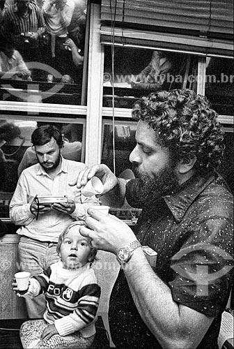Luiz Inácio Lula da Silva esfriando o leite para filho de sindicalista no Sindicato dos Metalúrgicos - década de 1980  - São Bernardo do Campo - São Paulo (SP) - Brasil