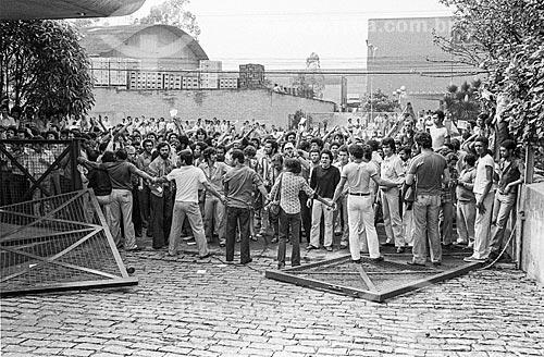 Piquete de greve em frente à fábrica da Amortex  - São Paulo - São Paulo (SP) - Brasil