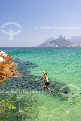 Praticante de slackline na Praia do Arpoador  - Rio de Janeiro - Rio de Janeiro (RJ) - Brasil