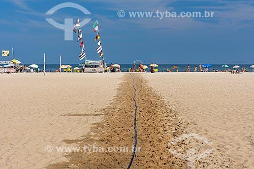 Caminho de areia molhada através da areia quente na orla da Praia de Copacabana  - Rio de Janeiro - Rio de Janeiro (RJ) - Brasil
