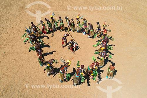 Foto feita com drone de homens em círculo durante a dança Tapanawanã - também conhecida como Festa do Peixe - na aldeia Aiha da tribo Kalapalo - ACRÉSCIMO DE 100% SOBRE O VALOR DE TABELA  - Querência - Mato Grosso (MT) - Brasil