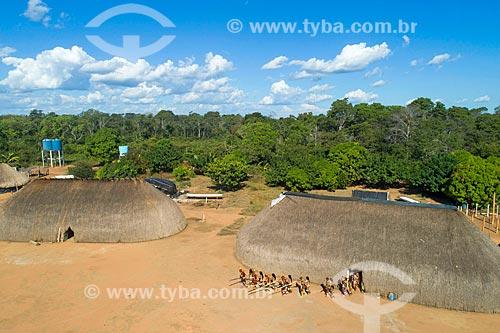 Foto feita com drone da Dança da Taquara - homens em fila tocando a flauta Uruá com as mulheres ao lado - na aldeia Aiha da tribo Kalapalo - ACRÉSCIMO DE 100% SOBRE O VALOR DE TABELA  - Querência - Mato Grosso (MT) - Brasil