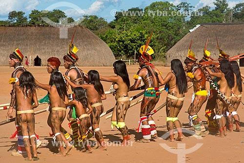 Dança da Taquara - homens em fila tocando a flauta Uruá com as mulheres ao lado - na aldeia Aiha da tribo Kalapalo - ACRÉSCIMO DE 100% SOBRE O VALOR DE TABELA  - Querência - Mato Grosso (MT) - Brasil