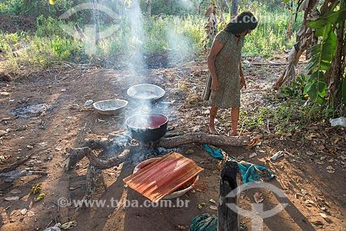 Mulher indígena cozinhando na aldeia Aiha da tribo Kalapalo - ACRÉSCIMO DE 100% SOBRE O VALOR DE TABELA  - Querência - Mato Grosso (MT) - Brasil