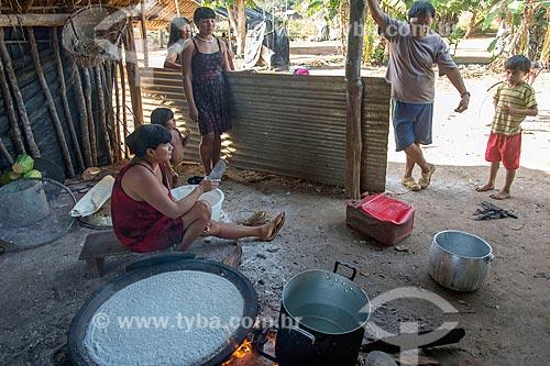 Mulheres indígena preparando tapioca - também conhecida como beiju - na aldeia Aiha da tribo Kalapalo - ACRÉSCIMO DE 100% SOBRE O VALOR DE TABELA  - Querência - Mato Grosso (MT) - Brasil