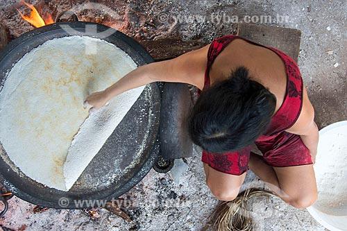 Mulher indígena preparando tapioca - também conhecida como beiju - na aldeia Aiha da tribo Kalapalo - ACRÉSCIMO DE 100% SOBRE O VALOR DE TABELA  - Querência - Mato Grosso (MT) - Brasil