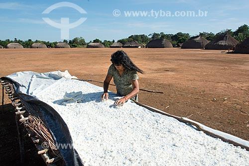 Mulher indígena colocando a mandioca para seca na aldeia Aiha da tribo Kalapalo - ACRÉSCIMO DE 100% SOBRE O VALOR DE TABELA  - Querência - Mato Grosso (MT) - Brasil