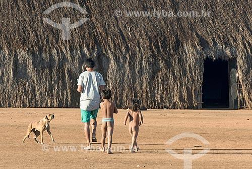 Pai e filhos indígenas aldeia Aiha da tribo Kalapalo - ACRÉSCIMO DE 100% SOBRE O VALOR DE TABELA  - Querência - Mato Grosso (MT) - Brasil