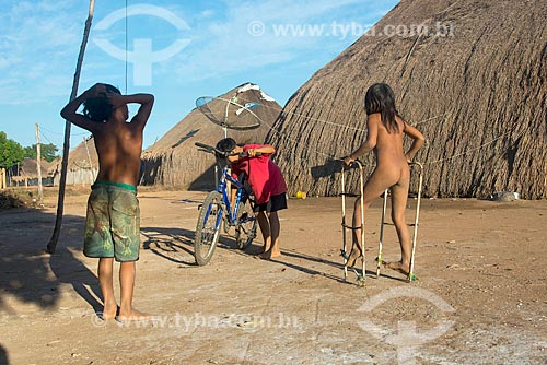 Meninos e menina indígenas brincando juntos na aldeia Aiha da tribo Kalapalo - ACRÉSCIMO DE 100% SOBRE O VALOR DE TABELA  - Querência - Mato Grosso (MT) - Brasil