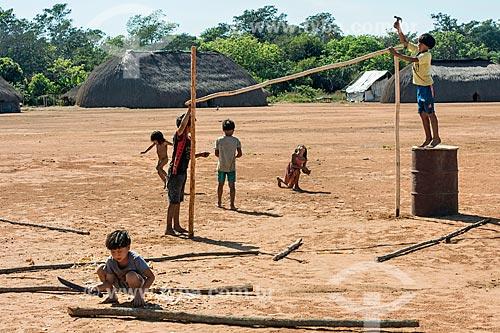 Meninos indígenas montando trave para campo de futebol na aldeia Aiha da tribo Kalapalo - ACRÉSCIMO DE 100% SOBRE O VALOR DE TABELA  - Querência - Mato Grosso (MT) - Brasil