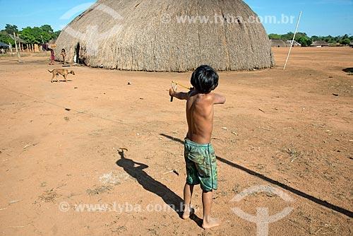 Menino indígena brincando com estilingue na aldeia Aiha da tribo Kalapalo - ACRÉSCIMO DE 100% SOBRE O VALOR DE TABELA  - Querência - Mato Grosso (MT) - Brasil
