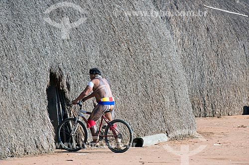 Índio andando de bicicleta na aldeia Aiha da tribo Kalapalo - ACRÉSCIMO DE 100% SOBRE O VALOR DE TABELA  - Querência - Mato Grosso (MT) - Brasil