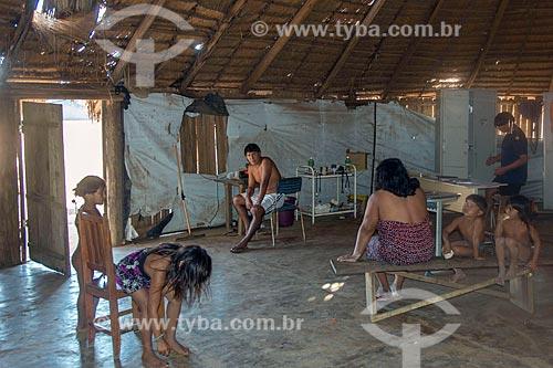 Índios no interior de posto de saúde na aldeia Aiha da tribo Kalapalo - ACRÉSCIMO DE 100% SOBRE O VALOR DE TABELA  - Querência - Mato Grosso (MT) - Brasil