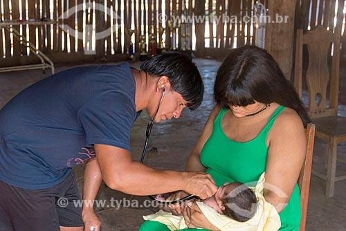 Recém nascido recebendo cuidados médicos no posto de saúde na aldeia Aiha da tribo Kalapalo - ACRÉSCIMO DE 100% SOBRE O VALOR DE TABELA  - Querência - Mato Grosso (MT) - Brasil