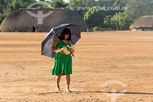 Mãe e recém nascido na aldeia Aiha da tribo Kalapalo - ACRÉSCIMO DE 100% SOBRE O VALOR DE TABELA  - Querência - Mato Grosso (MT) - Brasil