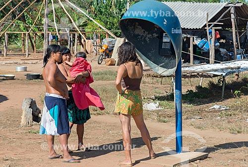Mulheres indígenas em telefone público na aldeia Aiha da tribo Kalapalo - ACRÉSCIMO DE 100% SOBRE O VALOR DE TABELA  - Querência - Mato Grosso (MT) - Brasil