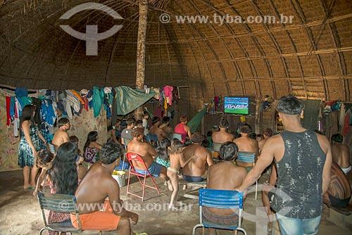 Índios na aldeia Aiha da tribo Kalapalo assistindo o amistoso entre a Brasil x Áustria - ACRÉSCIMO DE 100% SOBRE O VALOR DE TABELA  - Querência - Mato Grosso (MT) - Brasil