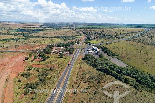 Foto feita com drone rotatória entre as rodovias BR-365 e Transbrasiliana (BR-153) - também conhecida como Rodovia Belém-Brasília e Rodovia Bernardo Sayão  - Monte Alegre de Minas - Minas Gerais (MG) - Brasil
