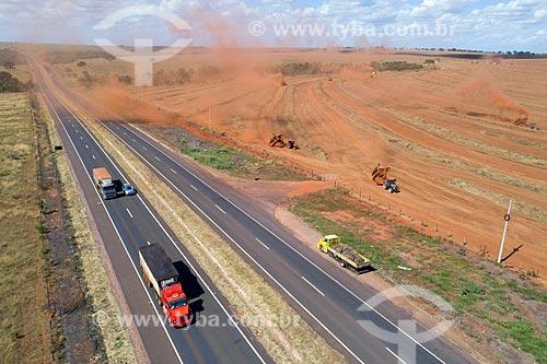Foto feita com drone da colheita mecanizada de semente de capim às margens da Rodovia BR-365  - Uberlândia - Minas Gerais (MG) - Brasil