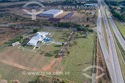 Foto feita com drone da Rodovia BR-060 com o  Centro Regional de Ciências Nucleares do Centro-Oeste (CRCN-CO) da Comissão Nacional de Energia Nuclear (CNEN) à esquerda  - Abadia de Goiás - Goiás (GO) - Brasil