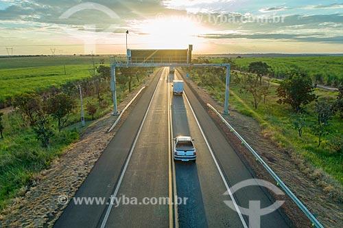 Foto feita com drone de trecho da Rodovia Transbrasiliana (BR-153) - também conhecida como Rodovia Belém-Brasília e Rodovia Bernardo Sayão - durante o pôr do sol  - Comendador Gomes - Minas Gerais (MG) - Brasil