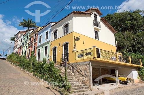Casarios da cidade de Guaramiranga - com carro customizado com as cores de um Camaro na garagem à direita  - Guaramiranga - Ceará (CE) - Brasil