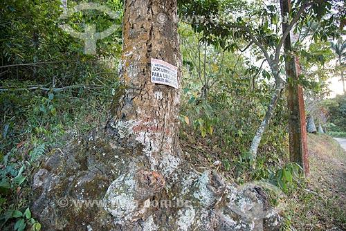 Placa em árvore com telefone de advogado para documentação para usucapião  - Guaramiranga - Ceará (CE) - Brasil