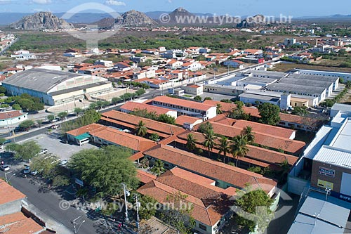Foto feita com drone do Campus Quixadá da Universidade Estadual do Ceará (UECE) com inselbergs ao fundo  - Quixadá - Ceará (CE) - Brasil