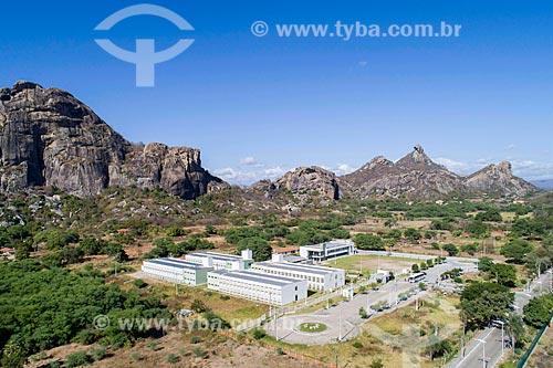 Foto feita com drone do Campus da Universidade Federal do Ceará com inselbergs do Monumento Natural dos Monólitos de Quixadá ao fundo  - Quixadá - Ceará (CE) - Brasil