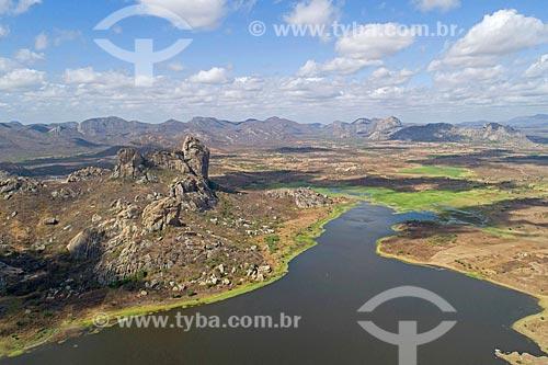 Foto feita com drone do Açude do Cedro com inselbergs do Monumento Natural dos Monólitos de Quixadá ao fundo  - Quixadá - Ceará (CE) - Brasil
