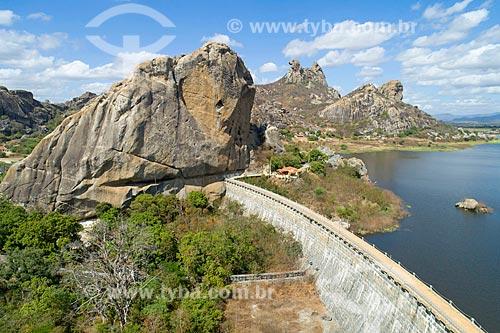 Foto feita com drone do Açude do Cedro com a Pedra da Galinha Choca ao fundo  - Quixadá - Ceará (CE) - Brasil
