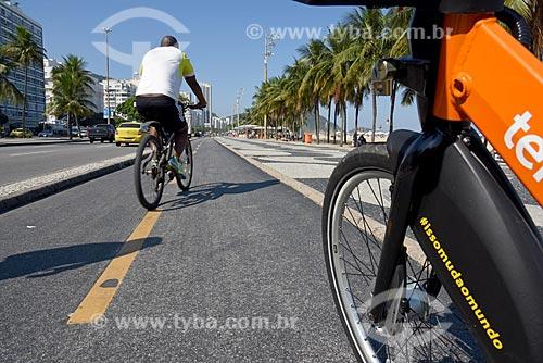 Detalhe de ciclistas em ciclovia na orla da Praia de Copacabana - Posto 3  - Rio de Janeiro - Rio de Janeiro (RJ) - Brasil
