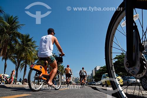 Detalhe de ciclistas em ciclovia na orla da Praia de Copacabana - Posto 5  - Rio de Janeiro - Rio de Janeiro (RJ) - Brasil