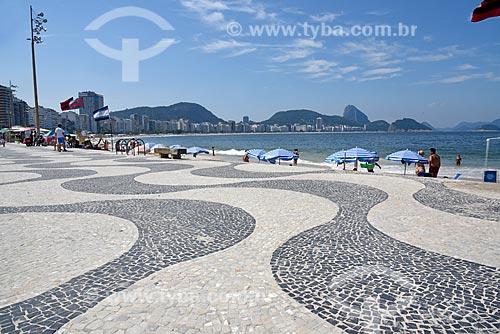 Vista do calçadão da Praia de Copacabana - Posto 6 - com o Pão de Açúcar ao fundo  - Rio de Janeiro - Rio de Janeiro (RJ) - Brasil